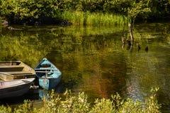Barcos encendido a orillas del lago Imagen de archivo