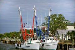 Barcos entrados do camarão foto de stock