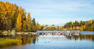Barcos entrados em uma opinião bonita do lago Imagens de Stock