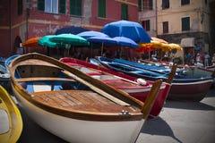 Barcos entrados em Vernazza imagens de stock