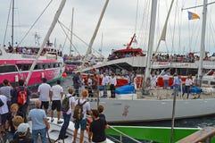 Barcos espectadores de la raza 2014 - 2015 del océano de Volvo Imágenes de archivo libres de regalías