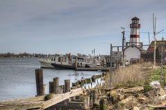 Barcos estacionados no porto com farol Foto de Stock