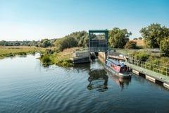 Barcos estrechos en el río Nene en Woodford en Northamptonshire, Inglés Imagen de archivo libre de regalías
