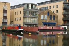 Barcos estreitos no canal imagem de stock royalty free
