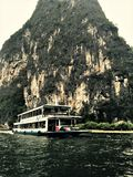 Barcos grandes de la experiencia en la gama cercana fotos de archivo
