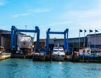 Barcos hermosos amarrados por la orilla, Imágenes de archivo libres de regalías
