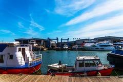 Barcos hermosos amarrados por la orilla, Foto de archivo libre de regalías