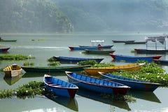 Barcos hermosos en el lago Pahwa, Pokhara Imágenes de archivo libres de regalías
