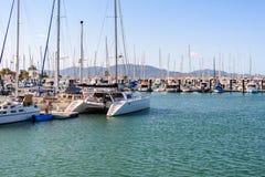 Barcos, iate e catamarãs amarrados em Townsville, Queensland, Austrália foto de stock