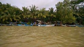 Barcos indonésios com bandeiras vídeos de arquivo