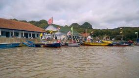 Barcos indonésios com bandeiras video estoque