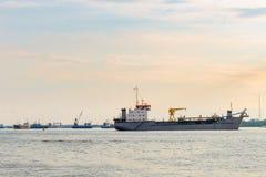 Barcos industriales Chao Phraya River foto de archivo libre de regalías