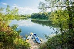 Barcos infláveis no banco seixoso do rio Caiaque na água clara Foto de Stock Royalty Free