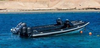Barcos inflables rígidos, barcos de la COSTILLA, barcos que se zambullen en el Mar Rojo fotografía de archivo libre de regalías