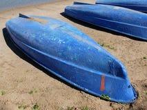 Barcos invertidos en la orilla arenosa del lago Fotografía de archivo libre de regalías