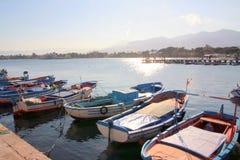 Barcos, línea de la costa y cielo azul fotografía de archivo