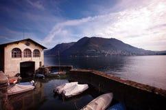 Barcos, lago y mountian Imágenes de archivo libres de regalías
