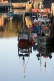 Barcos ligeros de la tarde n en el puerto de Padstow Imagenes de archivo