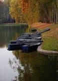 Barcos a lo largo del río en otoño Imagen de archivo libre de regalías