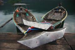 Barcos long-tailed asegurados en el lago Imagen de archivo libre de regalías