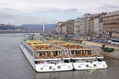 Barcos luxuosos do cruzeiro no rio Imagem de Stock Royalty Free