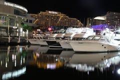 Barcos luxuosos na feira no porto querido na noite Fotografia de Stock Royalty Free