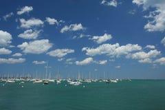 Barcos, mar, e céu imagem de stock