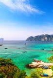 Barcos, mar e penhascos Fotografia de Stock Royalty Free