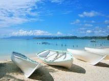 Barcos, mintiendo en una playa arenosa blanca en Guadalupe en el Caribe Imagenes de archivo