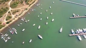 Barcos, barcos a motor e veleiros ancorados nos cais do porto do mar de adriático vídeos de arquivo