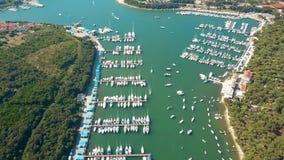 Barcos, barcos a motor e veleiros em cais do porto na Croácia dos Pula vídeos de arquivo