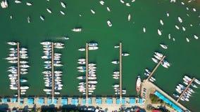 Barcos, barcos a motor e veleiros estacionados video estoque