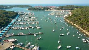 Barcos, barcos a motor e veleiros no porto do mar de adriático video estoque