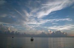 Barcos más a pescado durante salida del sol en el mar Muy océano bajo color Imagen de archivo libre de regalías
