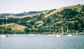 Barcos na água na cidade pitoresca de Akaroa Imagem de Stock