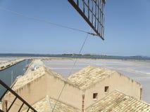 Barcos na água com as rochas no fundo, Sicília Imagens de Stock