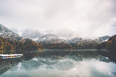 Barcos na água do lago e na floresta conífera do outono Fotografia de Stock Royalty Free