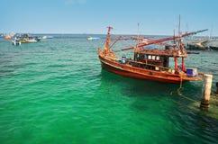Barcos na água do mar verde, Tailândia Fotos de Stock Royalty Free