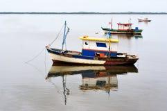 Barcos na água imóvel Fotografia de Stock Royalty Free