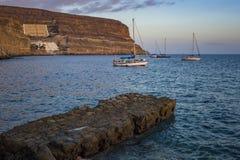 Barcos na água no ¡ n de Puerto de MogÃ, Gran Canaria Imagens de Stock Royalty Free
