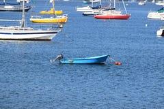 Barcos na água no porto de França foto de stock
