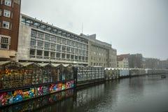 Barcos na água no tempo nebuloso Fotos de Stock
