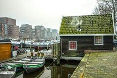 Barcos na água no tempo nebuloso Fotografia de Stock Royalty Free
