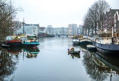 Barcos na água no tempo nebuloso Imagem de Stock