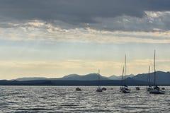 Barcos na âncora no lago Garda no crepúsculo imagem de stock royalty free