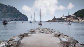 Barcos na baía de Porto de Soller na ilha de Majorca fotografia de stock royalty free