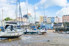 Barcos na baía na maré baixa na baía de Tenby, Gales Imagem de Stock