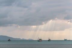 Barcos na baía, Tailândia Imagem de Stock