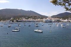 Barcos na costa de Cadaques com casas brancas Imagens de Stock Royalty Free