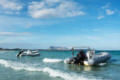 Barcos na costa de Sardinia Imagem de Stock